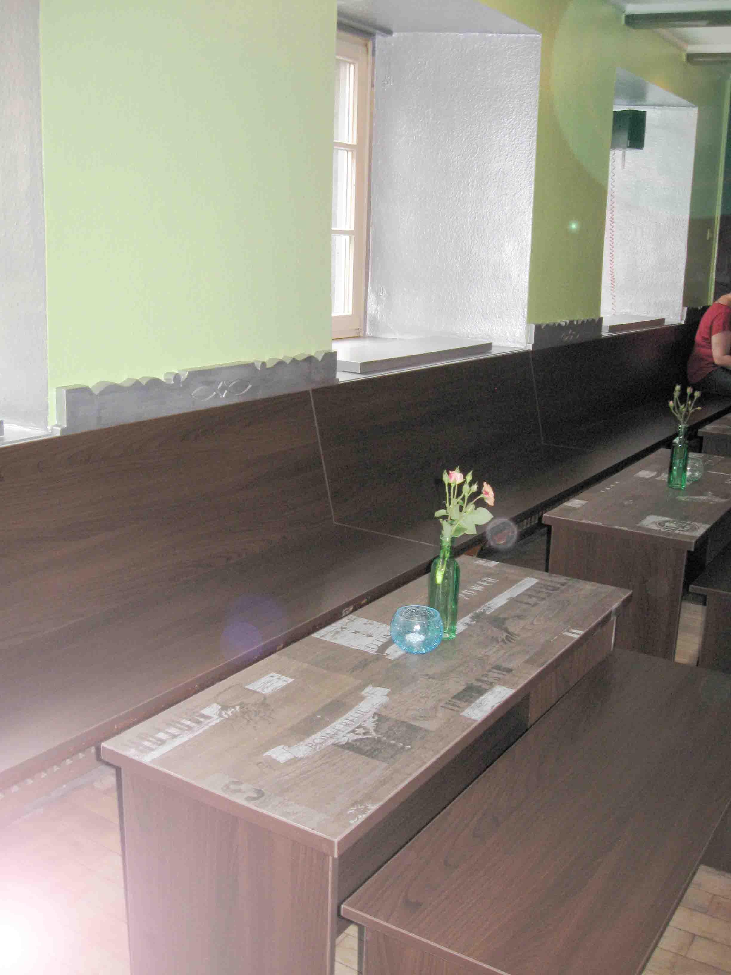 Tische und durchgehende Sitzbank